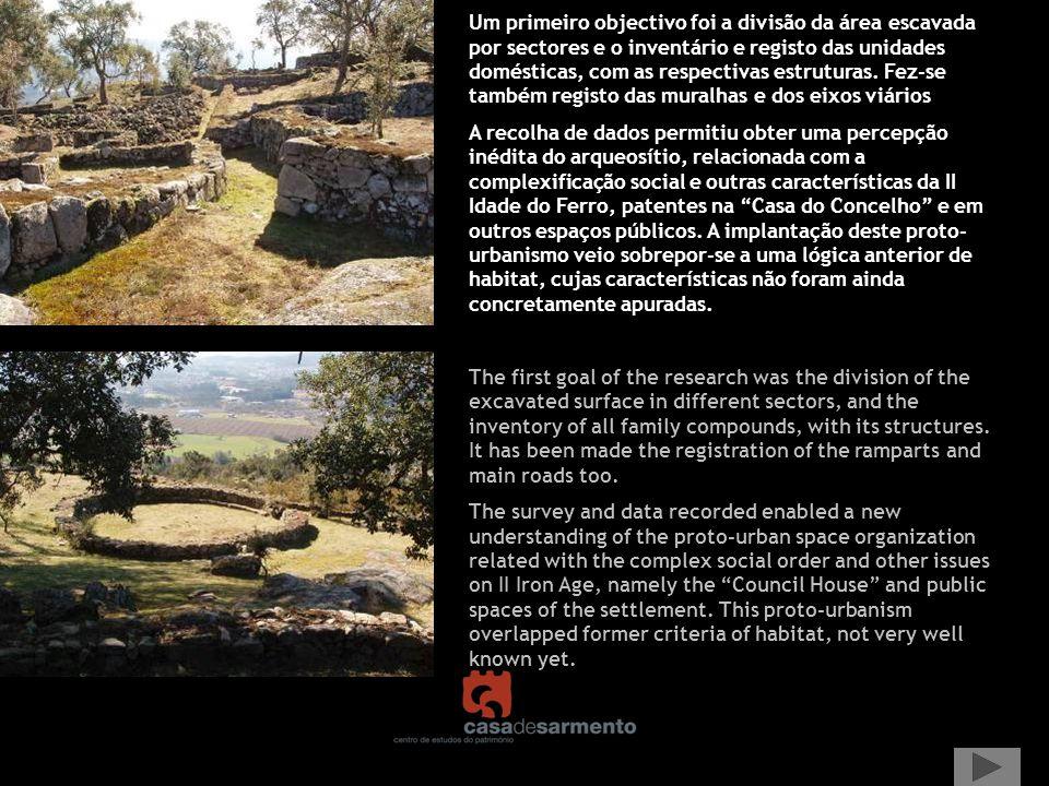 Um primeiro objectivo foi a divisão da área escavada por sectores e o inventário e registo das unidades domésticas, com as respectivas estruturas. Fez-se também registo das muralhas e dos eixos viários