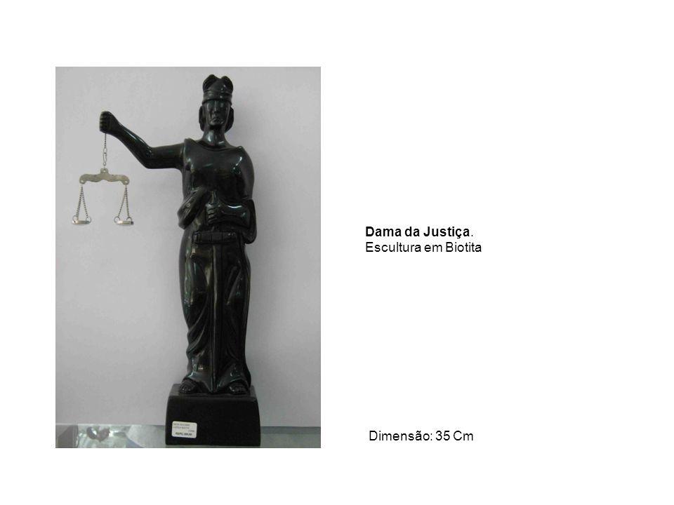Dama da Justiça. Escultura em Biotita Dimensão: 35 Cm