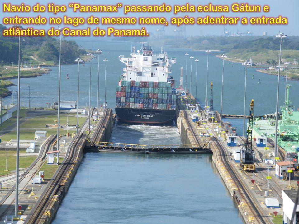 Navio do tipo Panamax passando pela eclusa Gátun e entrando no lago de mesmo nome, após adentrar a entrada atlântica do Canal do Panamá.