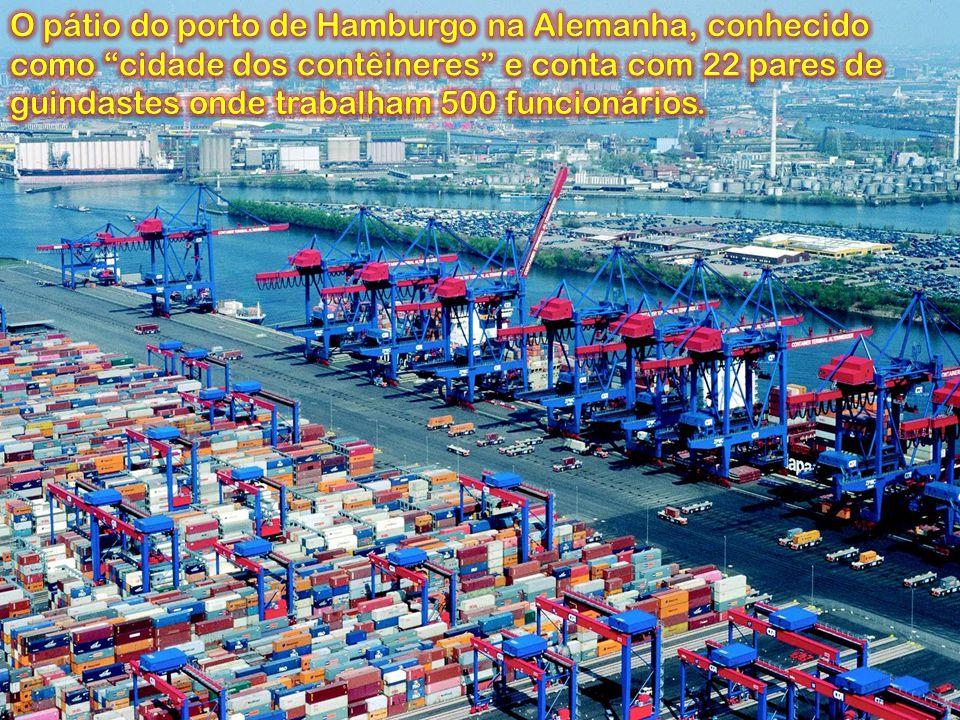O pátio do porto de Hamburgo na Alemanha, conhecido como cidade dos contêineres e conta com 22 pares de guindastes onde trabalham 500 funcionários.