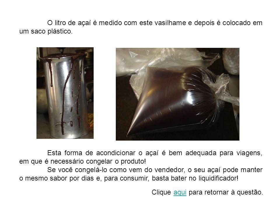 O litro de açaí é medido com este vasilhame e depois é colocado em um saco plástico.
