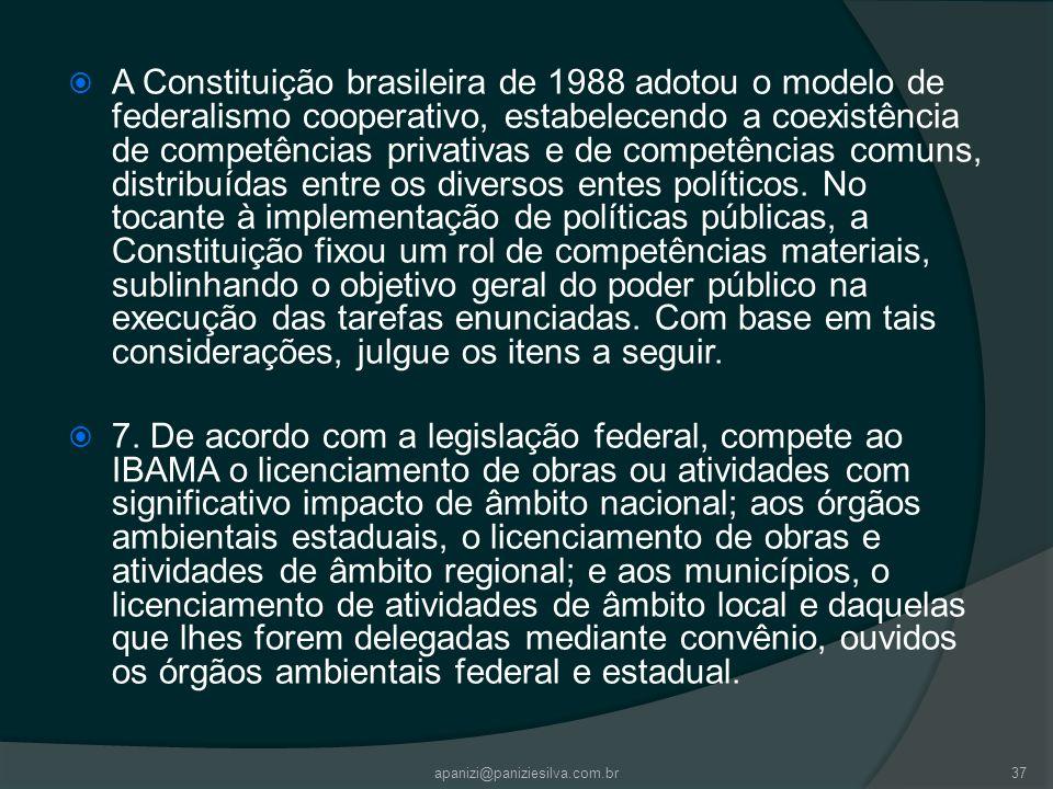 A Constituição brasileira de 1988 adotou o modelo de federalismo cooperativo, estabelecendo a coexistência de competências privativas e de competências comuns, distribuídas entre os diversos entes políticos. No tocante à implementação de políticas públicas, a Constituição fixou um rol de competências materiais, sublinhando o objetivo geral do poder público na execução das tarefas enunciadas. Com base em tais considerações, julgue os itens a seguir.