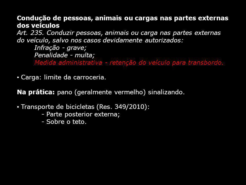 Condução de pessoas, animais ou cargas nas partes externas dos veículos