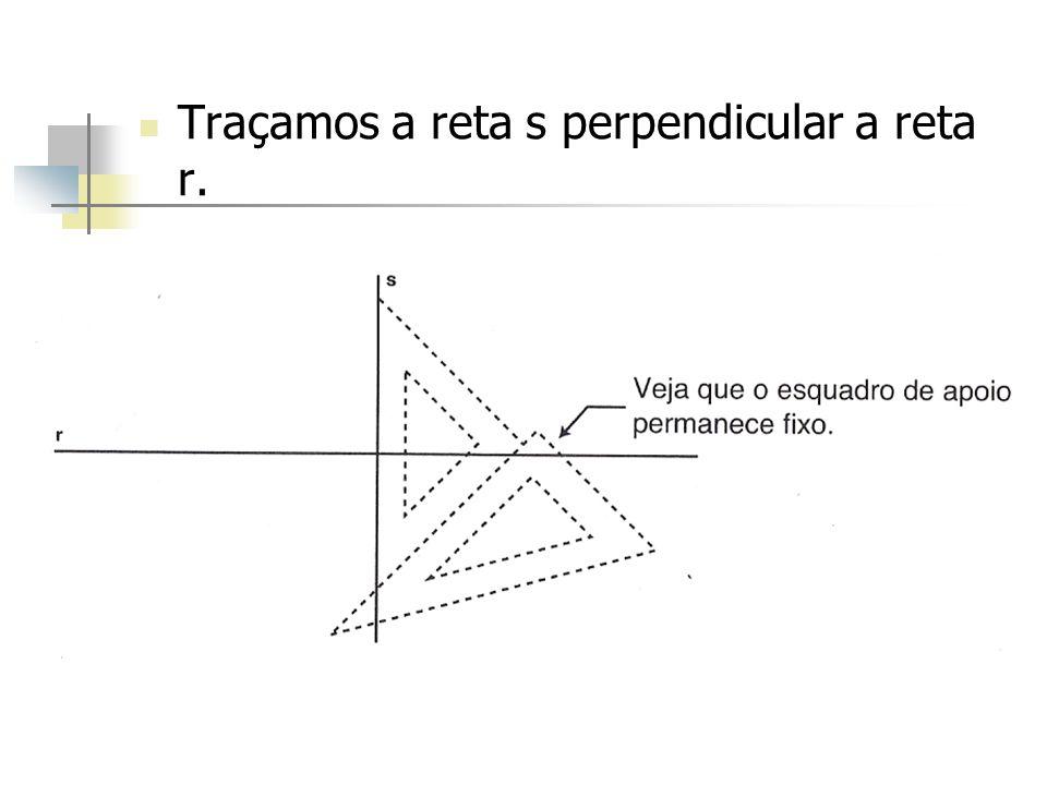 Traçamos a reta s perpendicular a reta r.