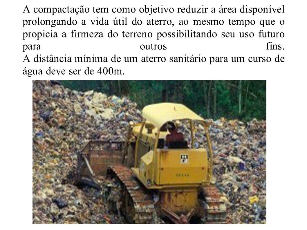 A compactação tem como objetivo reduzir a área disponível prolongando a vida útil do aterro, ao mesmo tempo que o propicia a firmeza do terreno possibilitando seu uso futuro para outros fins.