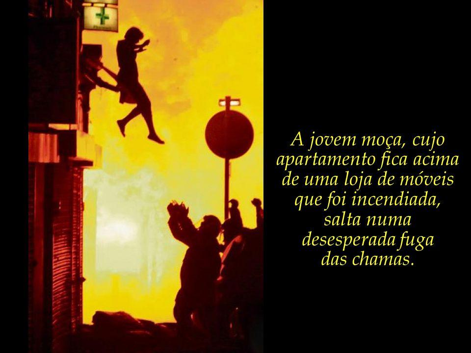 A jovem moça, cujo apartamento fica acima de uma loja de móveis que foi incendiada, salta numa desesperada fuga