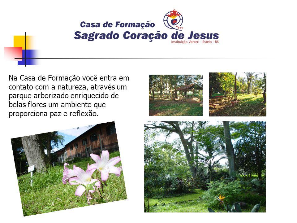 Na Casa de Formação você entra em contato com a natureza, através um parque arborizado enriquecido de belas flores um ambiente que proporciona paz e reflexão.