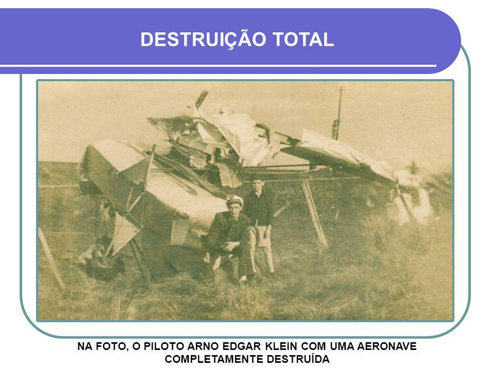 DESTRUIÇÃO TOTAL NA FOTO, O PILOTO ARNO EDGAR KLEIN COM UMA AERONAVE COMPLETAMENTE DESTRUÍDA