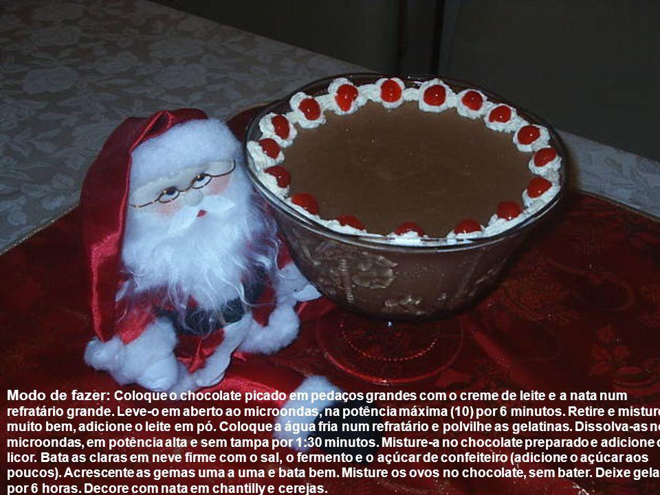 Modo de fazer: Coloque o chocolate picado em pedaços grandes com o creme de leite e a nata num refratário grande.