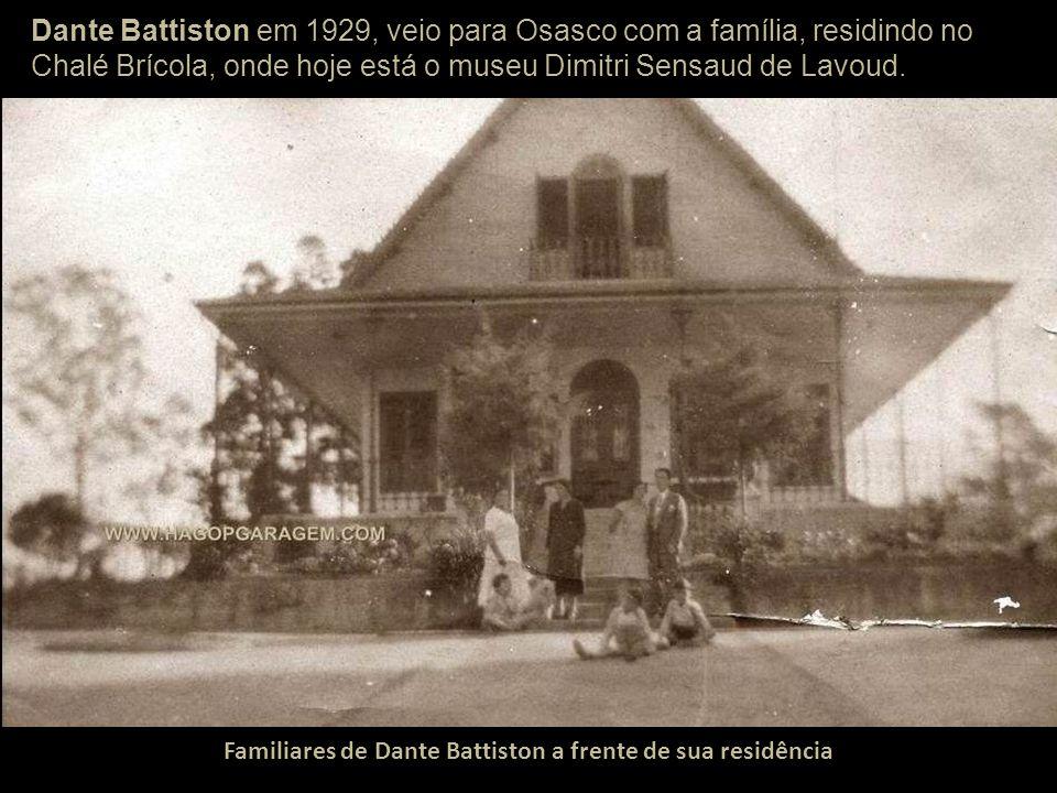 Familiares de Dante Battiston a frente de sua residência
