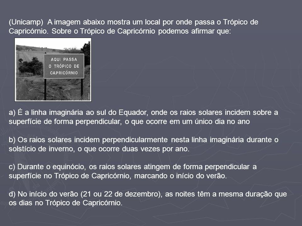 (Unicamp) A imagem abaixo mostra um local por onde passa o Trópico de Capricórnio. Sobre o Trópico de Capricórnio podemos afirmar que: