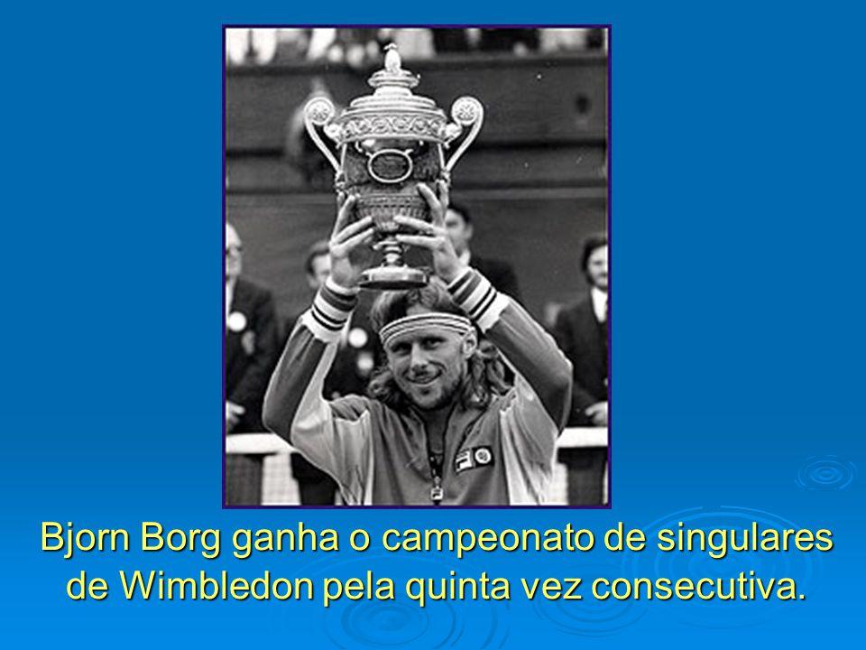 Bjorn Borg ganha o campeonato de singulares de Wimbledon pela quinta vez consecutiva.