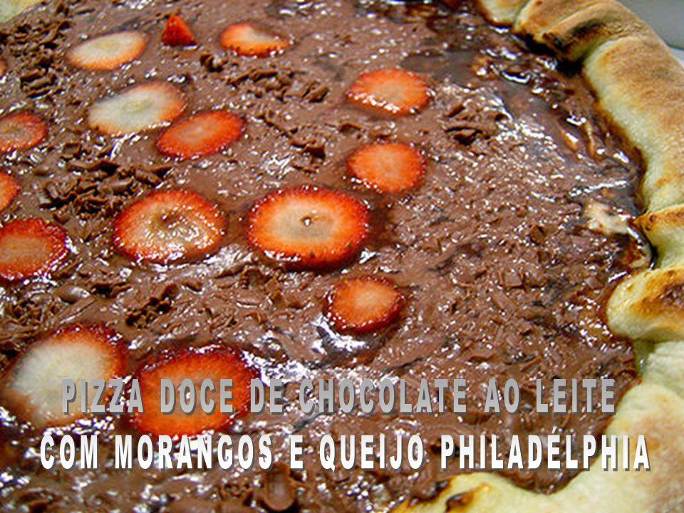PIZZA DOCE DE CHOCOLATE AO LEITE COM MORANGOS E QUEIJO PHILADÉLPHIA