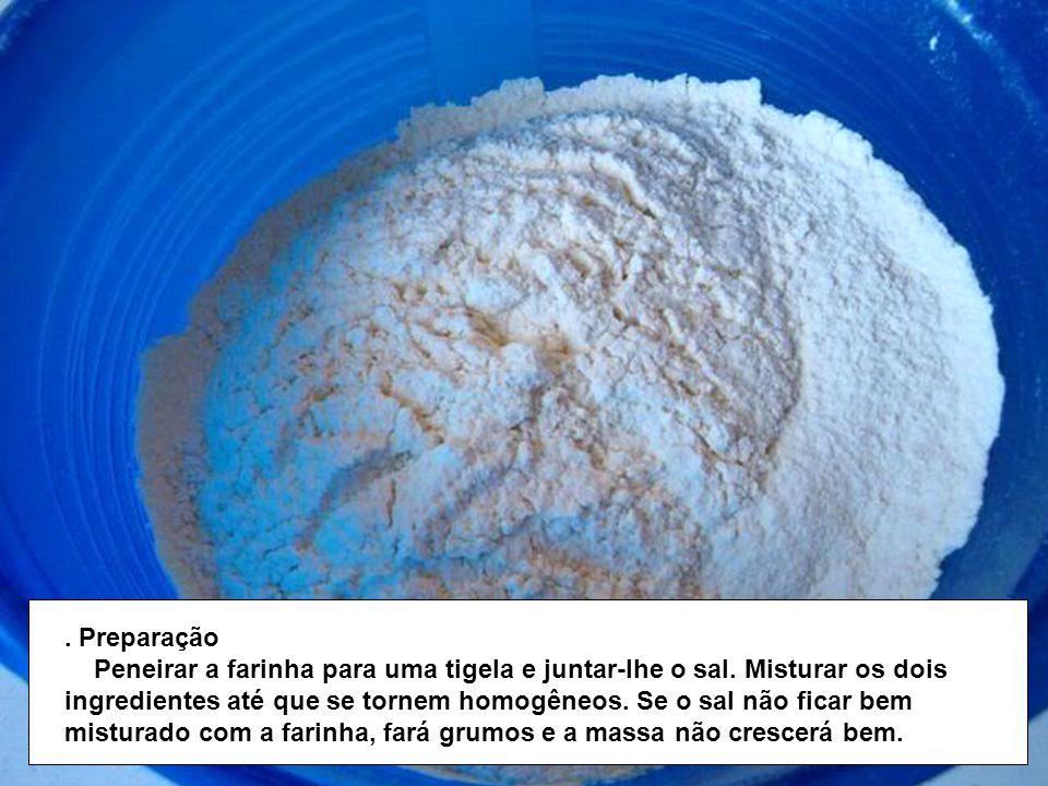 Preparação Peneirar a farinha para uma tigela e juntar-lhe o sal