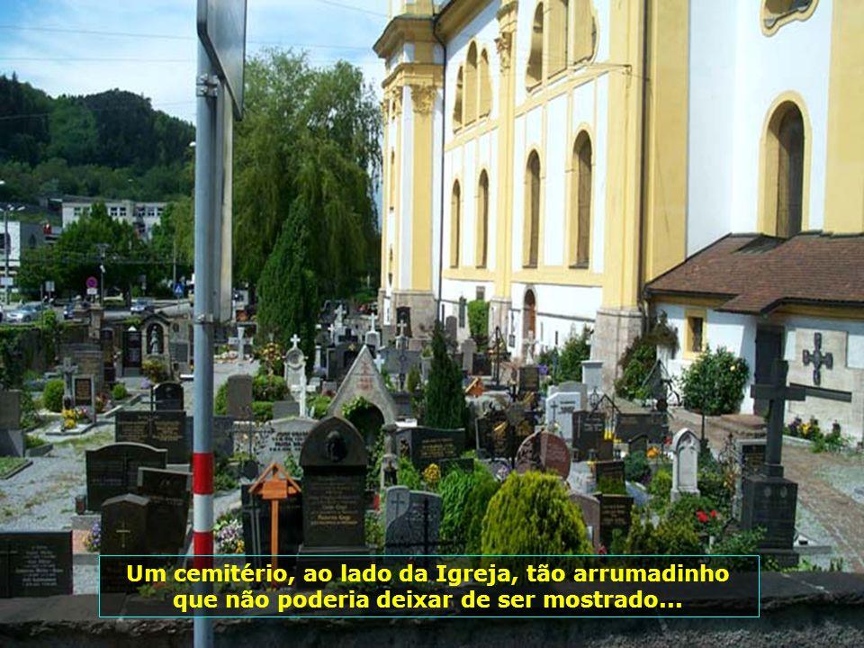 Um cemitério, ao lado da Igreja, tão arrumadinho que não poderia deixar de ser mostrado...