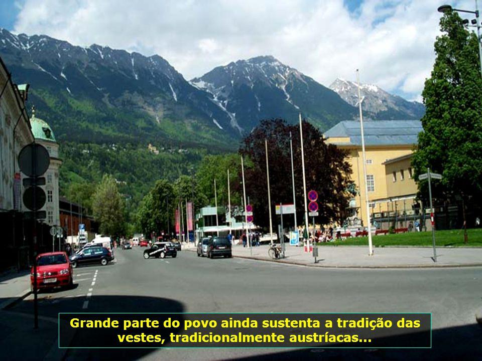 Grande parte do povo ainda sustenta a tradição das vestes, tradicionalmente austríacas...