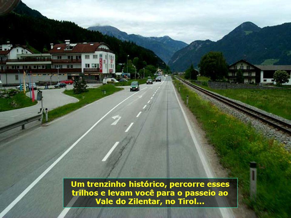 Um trenzinho histórico, percorre esses trilhos e levam você para o passeio ao Vale do Zilentar, no Tirol...
