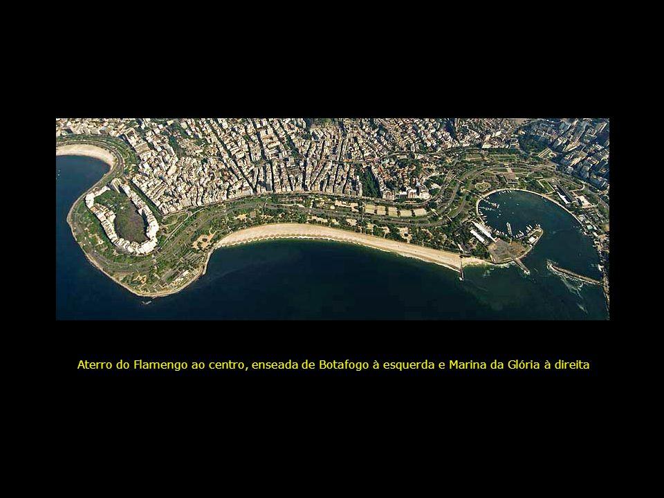 Aterro do Flamengo ao centro, enseada de Botafogo à esquerda e Marina da Glória à direita