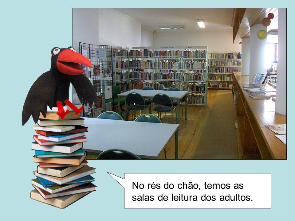 No rés do chão, temos as salas de leitura dos adultos.