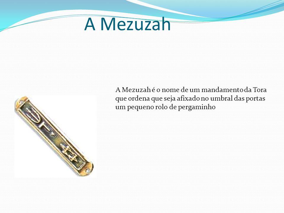 A Mezuzah A Mezuzah é o nome de um mandamento da Tora que ordena que seja afixado no umbral das portas um pequeno rolo de pergaminho.