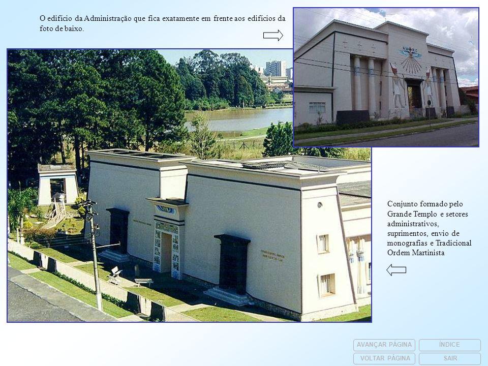 O edifício da Administração que fica exatamente em frente aos edifícios da foto de baixo.