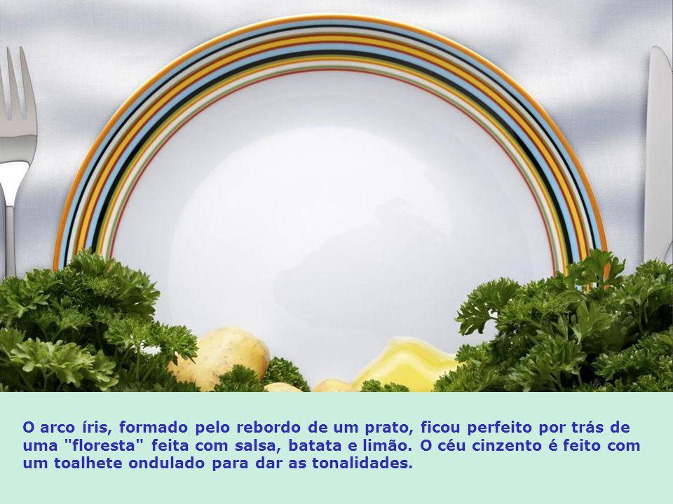 O arco íris, formado pelo rebordo de um prato, ficou perfeito por trás de uma floresta feita com salsa, batata e limão.