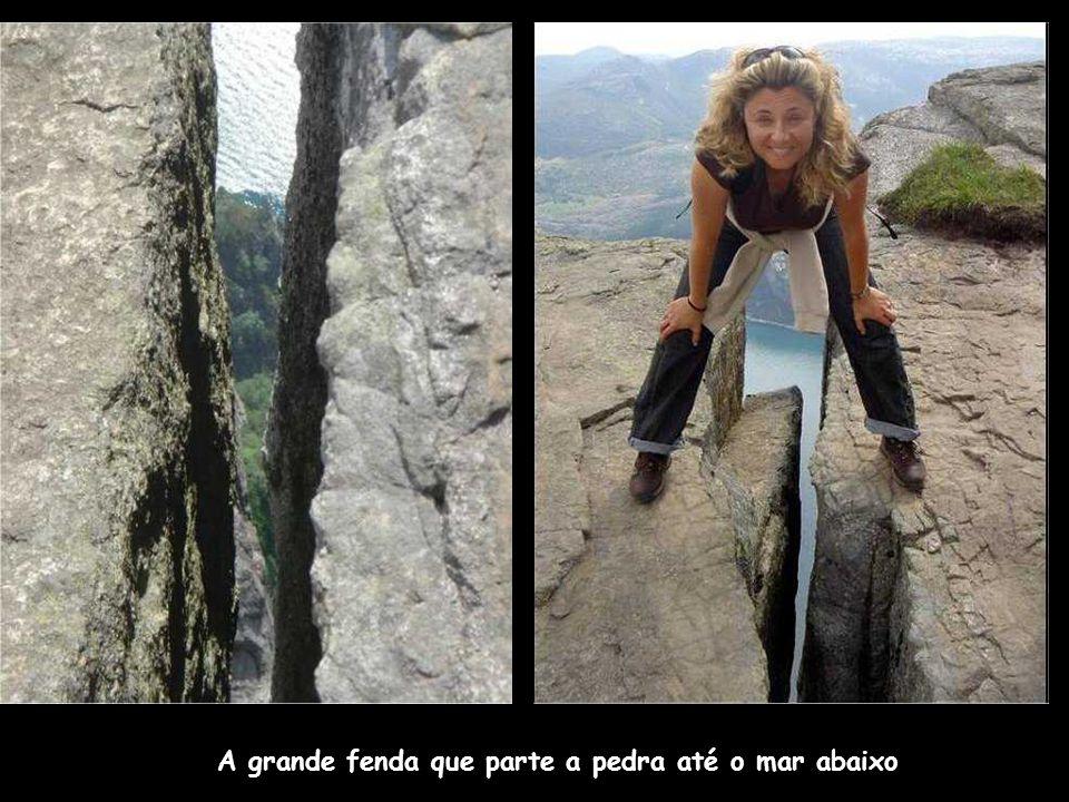 A grande fenda que parte a pedra até o mar abaixo