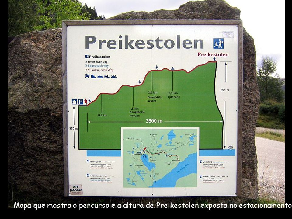 Mapa que mostra o percurso e a altura de Preikestolen exposta no estacionamento