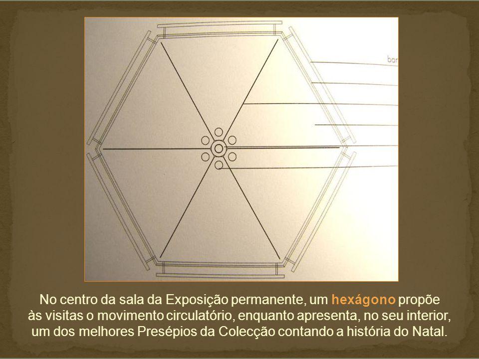 No centro da sala da Exposição permanente, um hexágono propõe às visitas o movimento circulatório, enquanto apresenta, no seu interior, um dos melhores Presépios da Colecção contando a história do Natal.