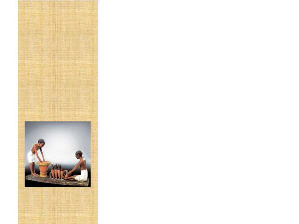 A bebida número um dos egípcios era a cerveja, consumida em todo o país, tanto nas cidades como nos campos. Era feita com cevada ou trigo e tâmaras e sorvida em taças de pedra, faiança ou metal, de preferência em curto espaço de tempo, pois azedava com facilidade. O vinho sem dúvida, ficava em segundo lugar na preferência etílica dos egípcios, havendo grande comércio do produto. Eles apreciavam o vinho doce, de uma doçura que ultrapassasse a do mel.