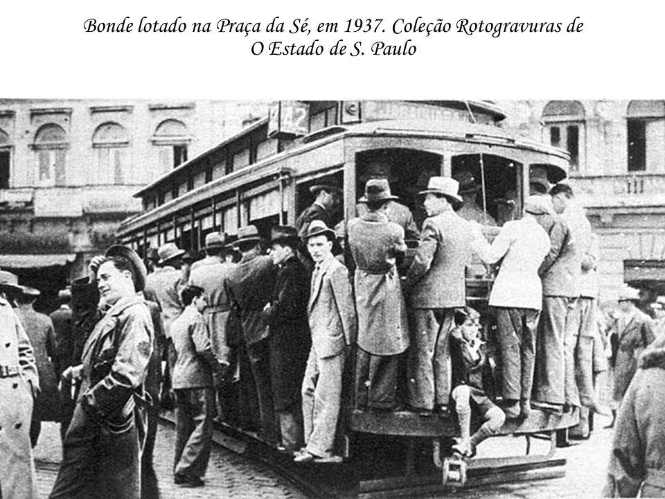 Bonde lotado na Praça da Sé, em 1937