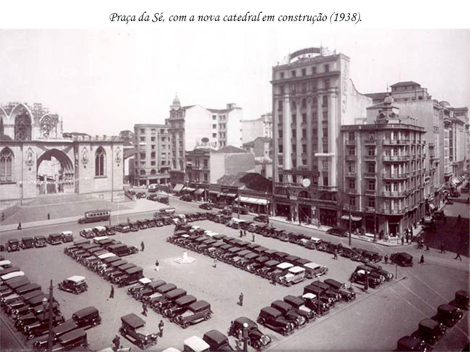 Praça da Sé, com a nova catedral em construção (1938).