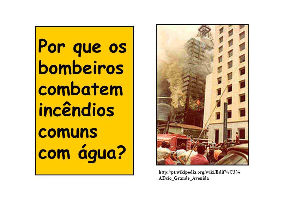 Por que os bombeiros combatem incêndios comuns com água