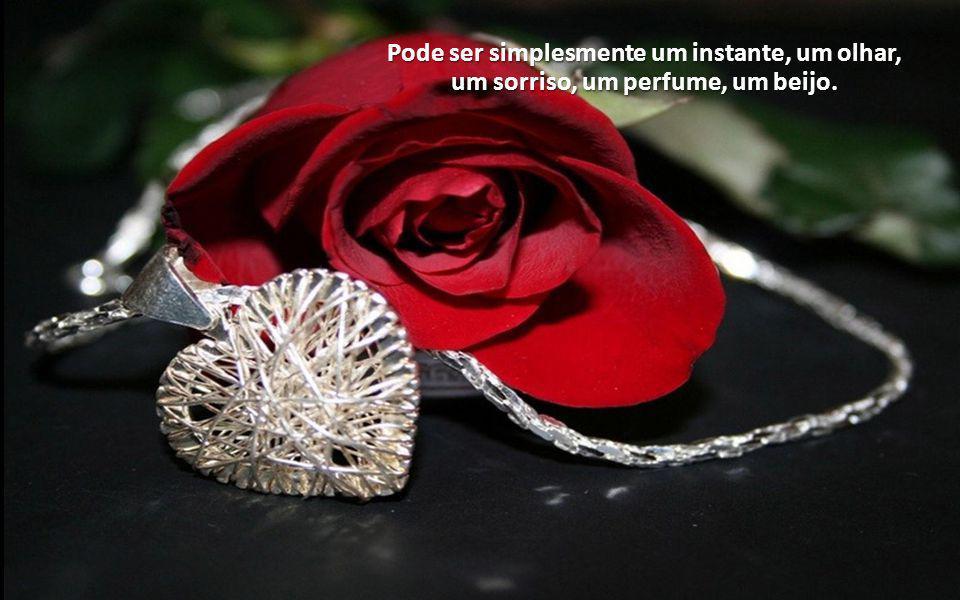 Pode ser simplesmente um instante, um olhar, um sorriso, um perfume, um beijo.