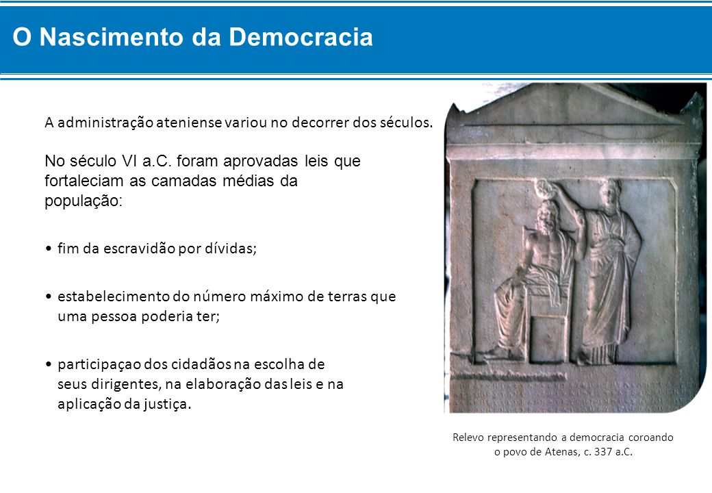 Relevo representando a democracia coroando