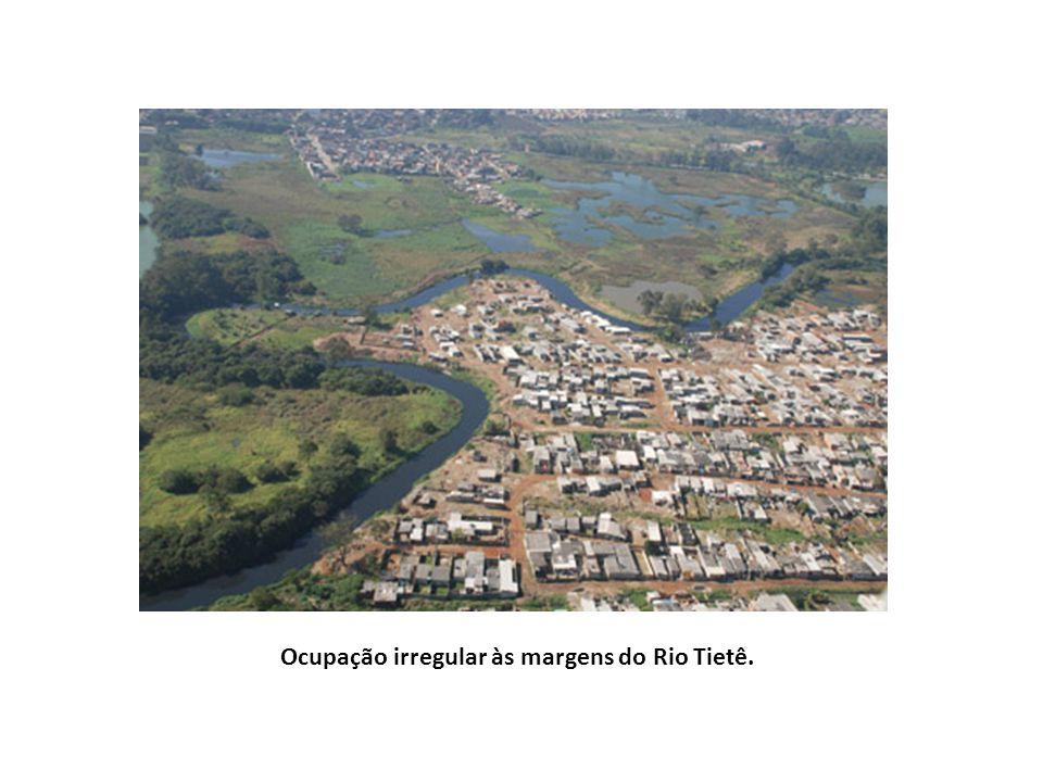 Ocupação irregular às margens do Rio Tietê.