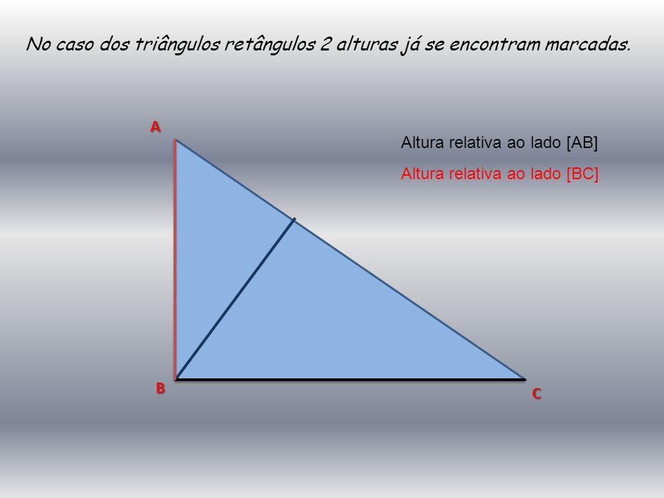 No caso dos triângulos retângulos 2 alturas já se encontram marcadas.