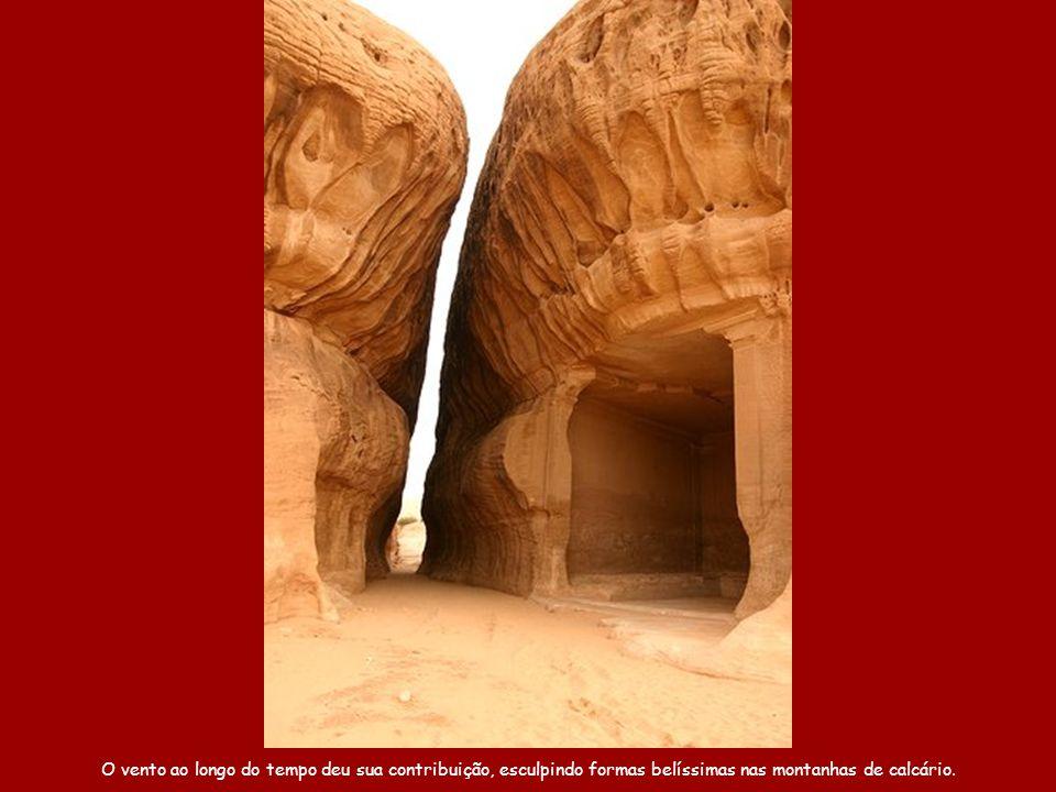 O vento ao longo do tempo deu sua contribuição, esculpindo formas belíssimas nas montanhas de calcário.