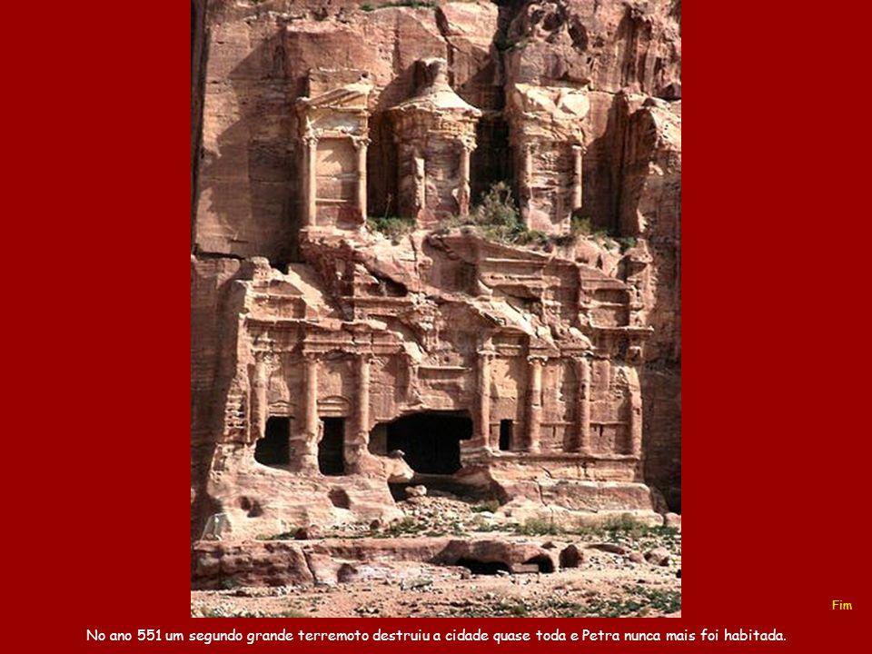 Fim No ano 551 um segundo grande terremoto destruiu a cidade quase toda e Petra nunca mais foi habitada.