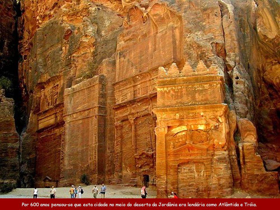 Por 600 anos pensou-se que esta cidade no meio do deserto da Jordânia era lendária como Atlântida e Tróia.