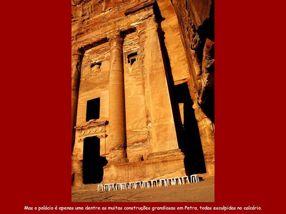 Mas o palácio é apenas uma dentre as muitas construções grandiosas em Petra, todas esculpidas no calcário.