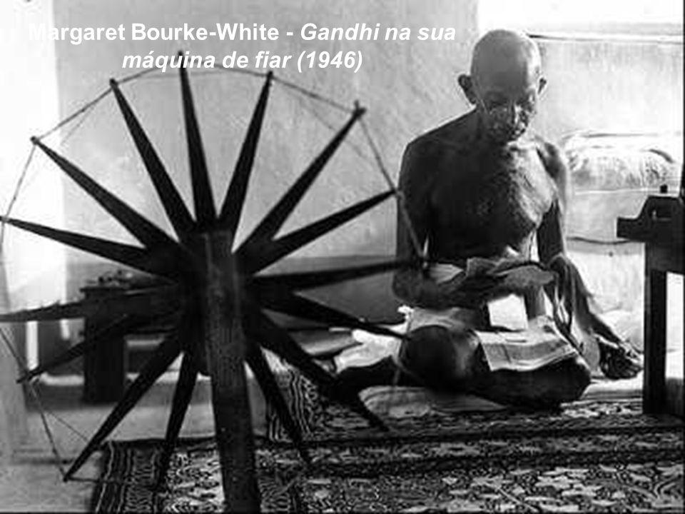 Margaret Bourke-White - Gandhi na sua máquina de fiar (1946)