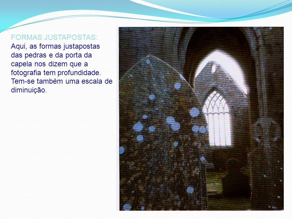 FORMAS JUSTAPOSTAS: Aqui, as formas justapostas das pedras e da porta da capela nos dizem que a fotografia tem profundidade.