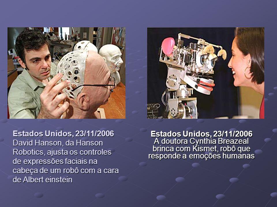 Estados Unidos, 23/11/2006 David Hanson, da Hanson Robotics, ajusta os controles de expressões faciais na cabeça de um robô com a cara de Albert einstein