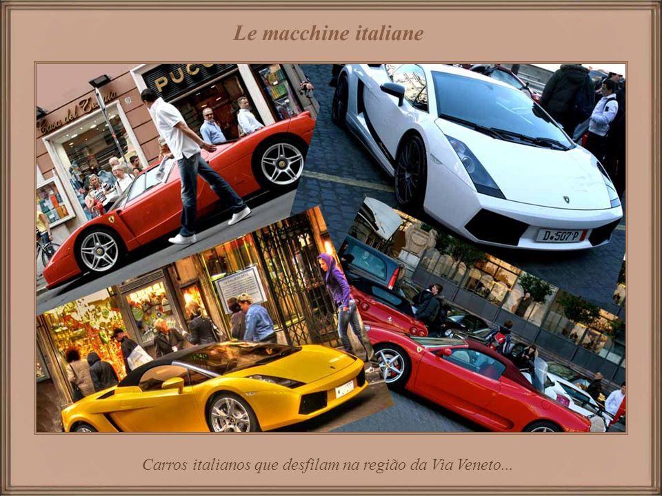 Carros italianos que desfilam na região da Via Veneto...