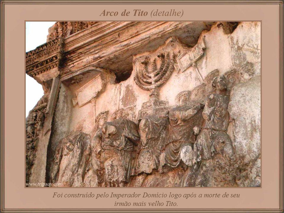 Arco de Tito (detalhe) Foi construído pelo Imperador Domício logo após a morte de seu irmão mais velho Tito.