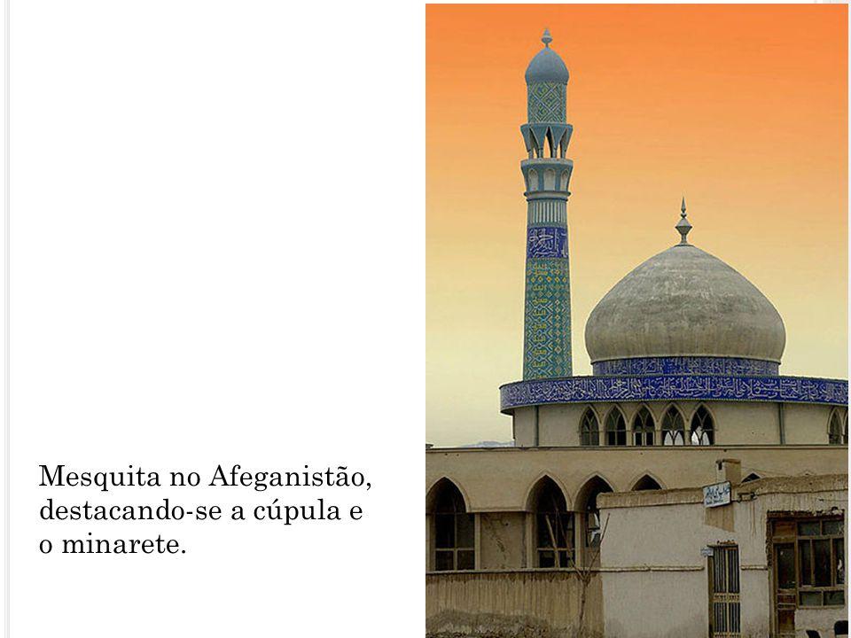 Mesquita no Afeganistão, destacando-se a cúpula e o minarete.