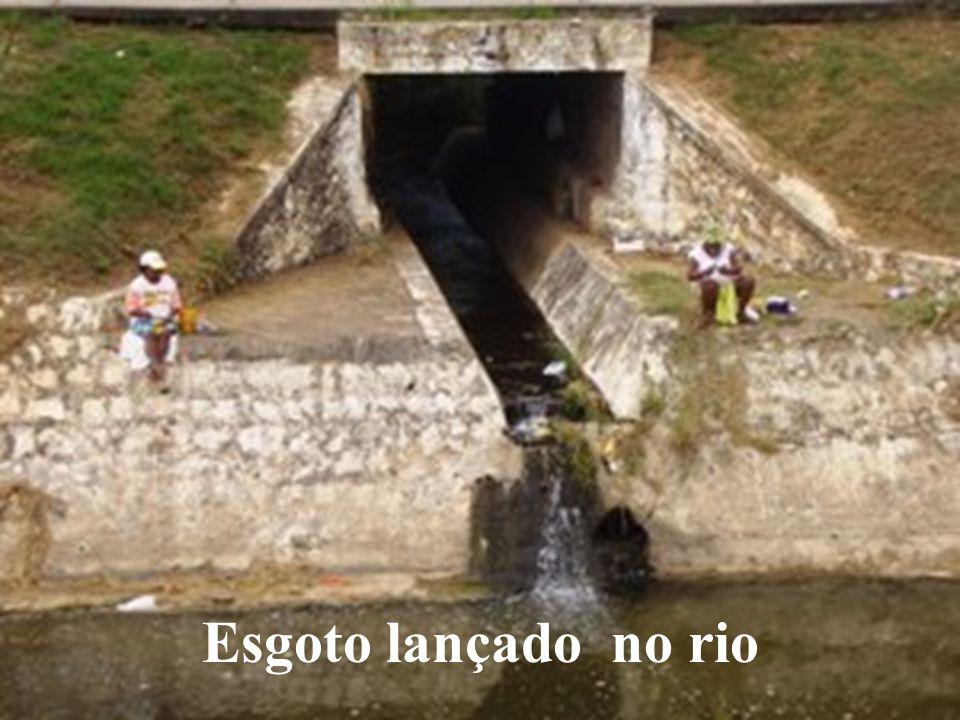 Esgoto lançado no rio