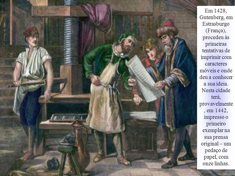 Em 1428, Gutenberg, em Estrasburgo (França), procedeu às primeiras tentativas de imprimir com caracteres móveis e onde deu a conhecer a sua ideia.