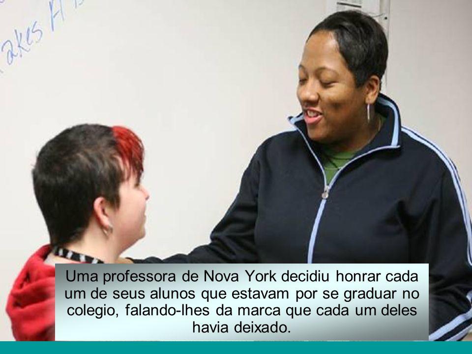 Uma professora de Nova York decidiu honrar cada um de seus alunos que estavam por se graduar no colegio, falando-lhes da marca que cada um deles havia deixado.